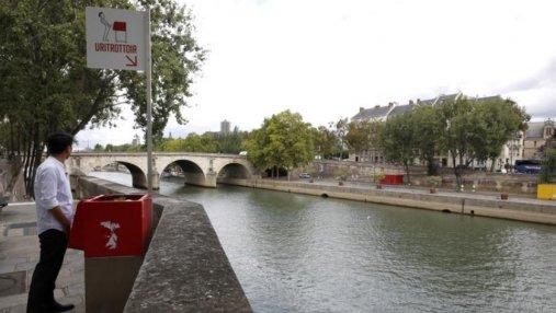 У всех на глазах: в Париже установили слишком откровенные общественные писсуары