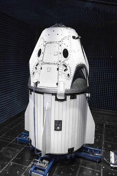 Илон Маск представил космический корабль для полетов на МКС