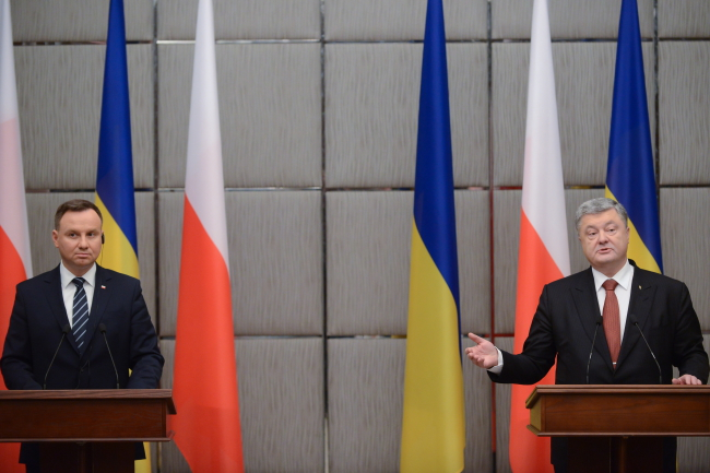 Дуда і Порошенко обговорили умови введення миротворців на Донбас