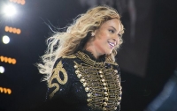 Бейонсе упала на сцене во время выступления в США (видео)