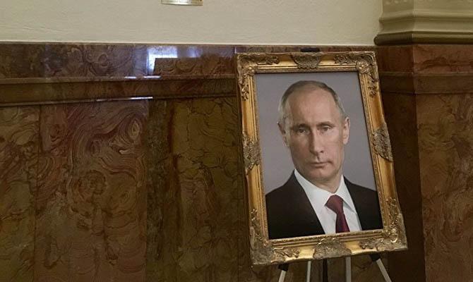 Американскую чиновницу наказали за портрет Путина в Капитолии