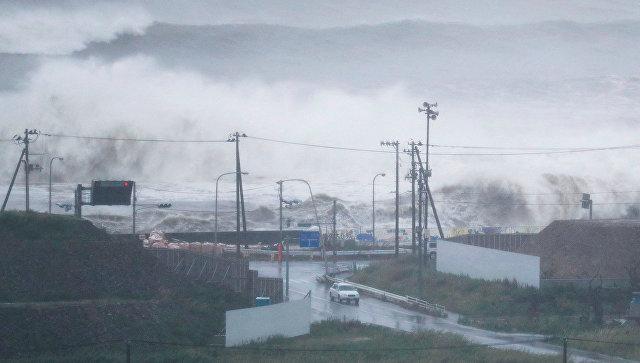 На побережье Японии обрушился тайфун Лан, есть жертвы