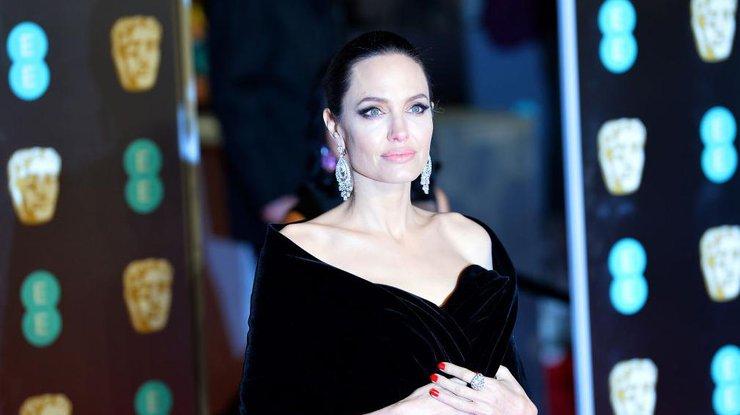 Напивался и бил детей: Джоли опубликует подробности жизни с Питтом