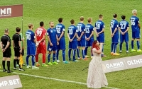 Украинский футболист отвернулся от флага России во время исполнения гимна перед матчем
