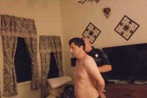 Мужчина снимал свой дом после ограбления и нашел грабителя в спальне
