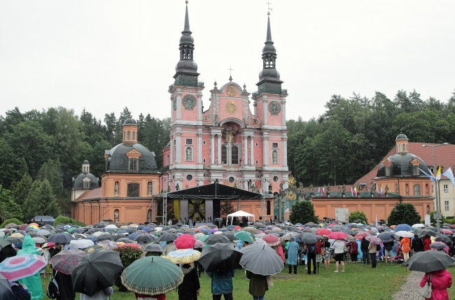 Firmer Catholic faith urged as crowds flock to Polish shrine