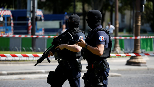 Напавший на жандармов в Париже скончался