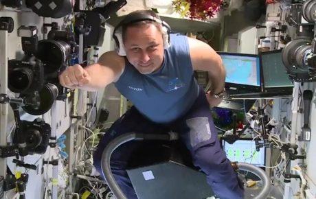 Российский астронавт промчался по МКС на пылесосе (ВИДЕО)