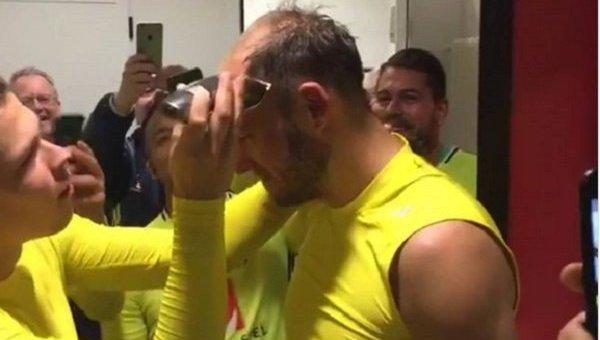 В сборной Швеции побрили налысо капитана команды