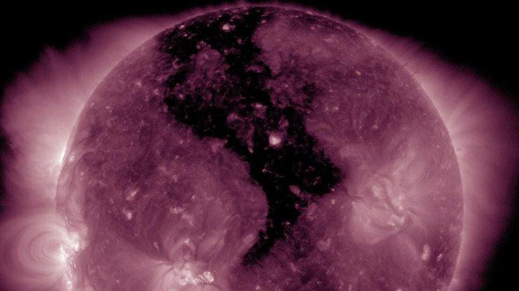 В атмосфере Солнца появилась крупная дыра
