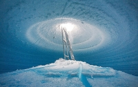 В Антарктиде разбился НЛО и пробил дыру в леднике
