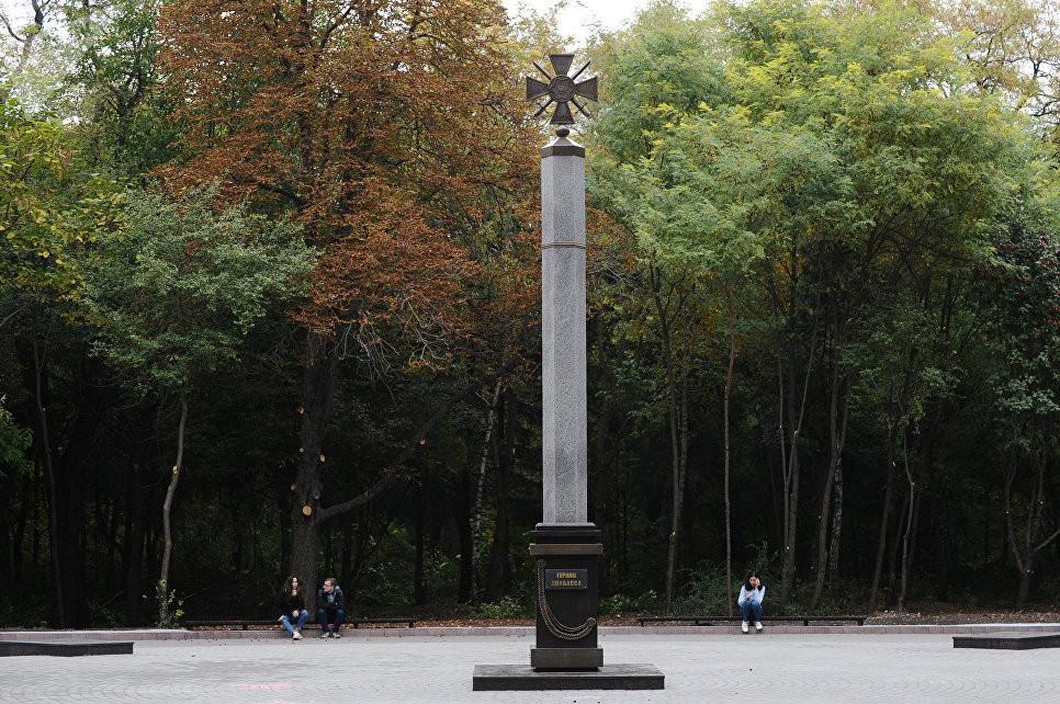 Кремль не считает открытие памятника героям Донбасса Сурковым дискриминирующим позицию Москвы, - СМИ