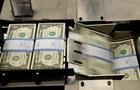 НБУ продає долари, щоб зупинити падіння гривні