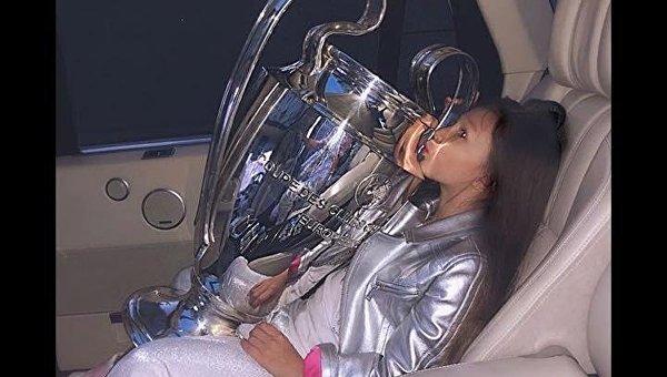 Дно. Сеть разозлили снимки дочери ФФУ с Кубком Лиги чемпионов