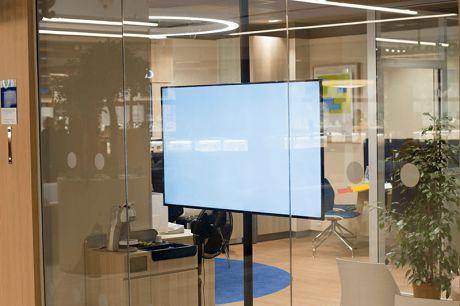 Обычное окно может превратиться в солнечную панель и телевизор