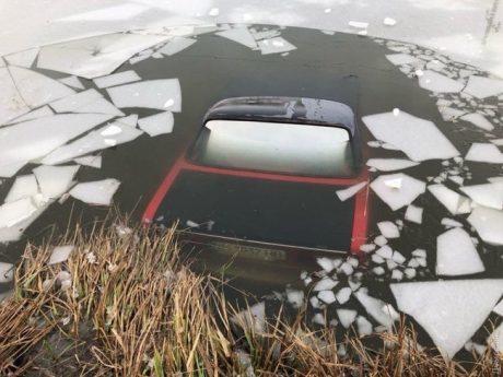 В Одесской области авто с водителем внутри провалилось под лед (ФОТО)