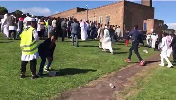 Машина наехала на толпу людей, празднующих Ураза-Байрам в Британии