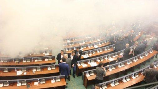 В парламенте Косово депутаты применили слезоточивый газ: появились фото и видео