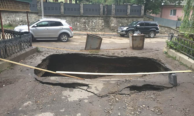 В закарпатском Рахове подтопило полсотни домов, разрушен мост