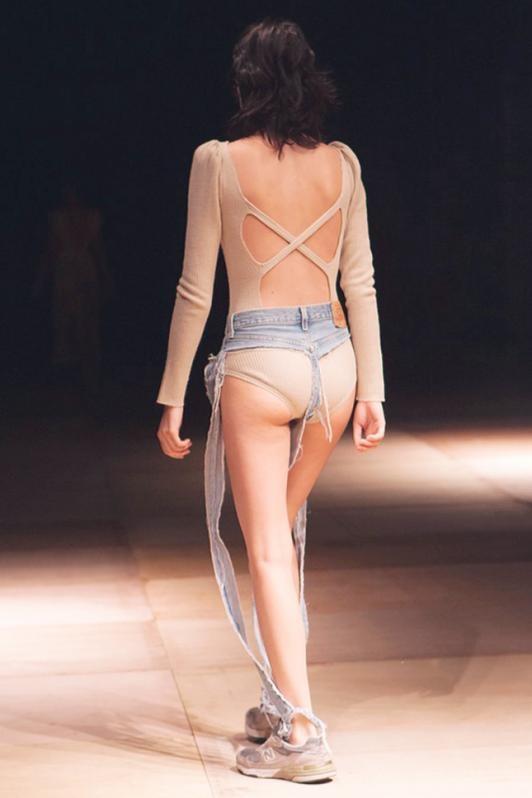 Беспощадный фешн: Молницам предложили новый тренд - джинсы-стринги (ФОТО)