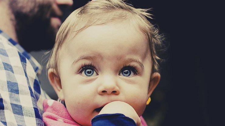 Ребенку в глаз попала мошка: что делать