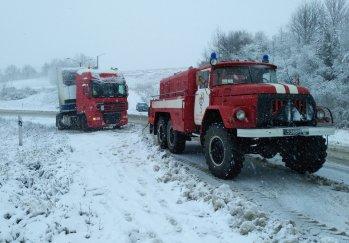 В Черкасской области спасатели вытянули из сугробов 4 грузовика, автобус и скорую