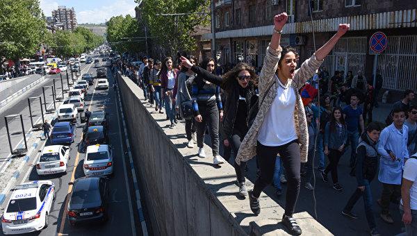Фото дня. Армения, переломный момент: отставка премьера Саргасяна