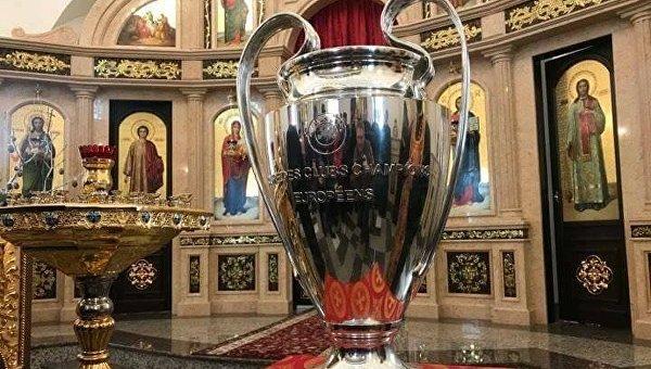 Президент ФФУ привез Кубок Лиги чемпионов в церковь к монахиням