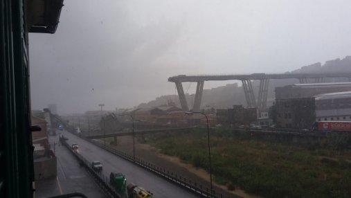 На севере Италии в городе Генуя обвалился автомобильный мост: фото и видео
