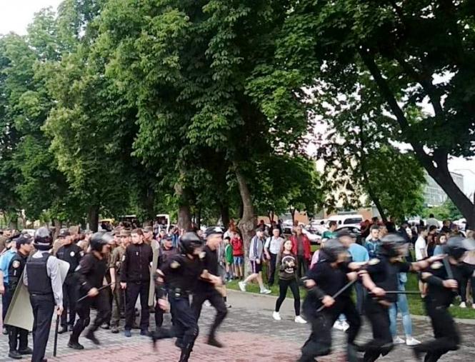Футбольный матч в Черкассах остановили из-за драки ультрас с полицией