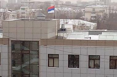 В России на здании суда установили перевернутый флаг РФ (видео)