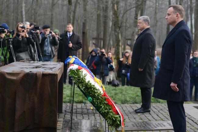 Дуда и Порошенко возложили венки к Мемориалу жертвам тоталитаризма