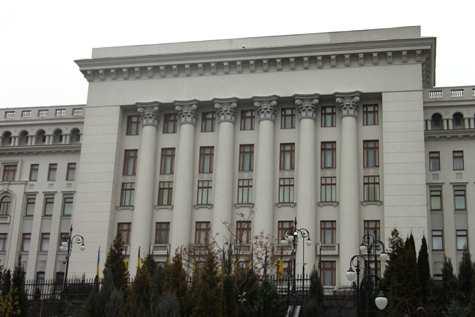 Біля будівлі АП триває акція із закликом до влади активізувати процес звільнення політв'язнів українців у РФ