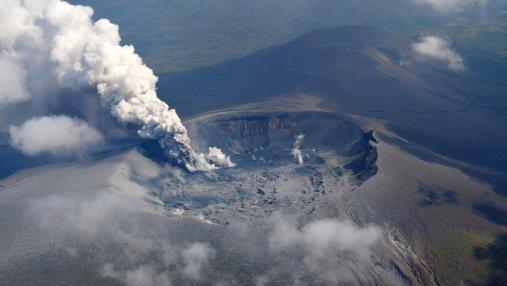 В Японии началось извержение вулкана: впечатляющие фото и видео