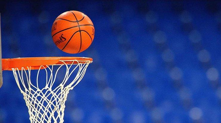 Игра чуть не закончилась боксом: баскетболисты сцепились во время матча (видео)