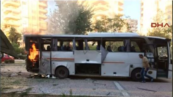 В Турции взорвали полицейский автобус - ранены 12 человек