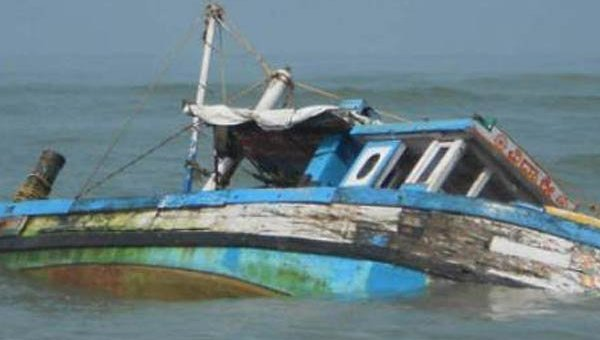 Лодка со 40 школьниками перевернулась в Индии, более десяти детей погибли