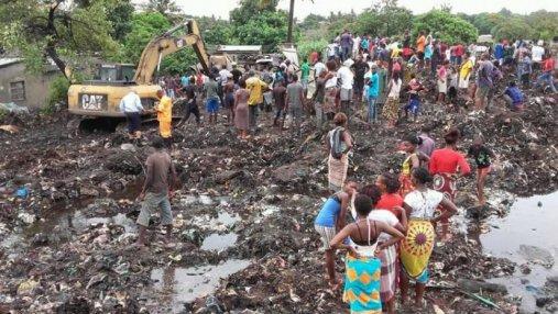 Гора мусора заживо похоронила 17 человек в Мозамбике: жуткие фото