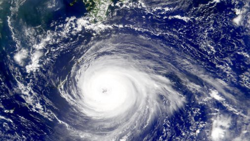 К Японии приближается тайфун: отменены 30 авиарейсов, людей готовят к возможной эвакуации