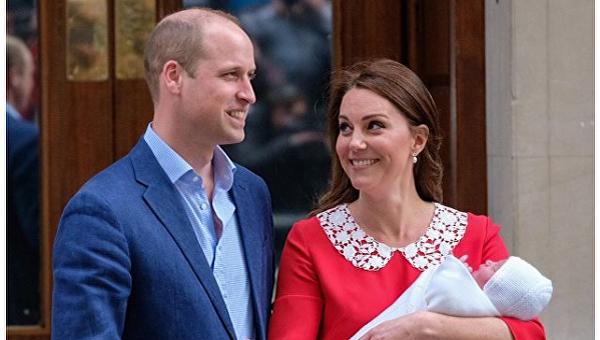 Принц Уильям и его супруга покинули больницу с новорожденным сыном
