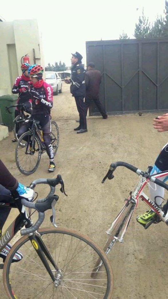 Сотрудники ГАИ задержали велосипедистов сборной Азербайджана видео