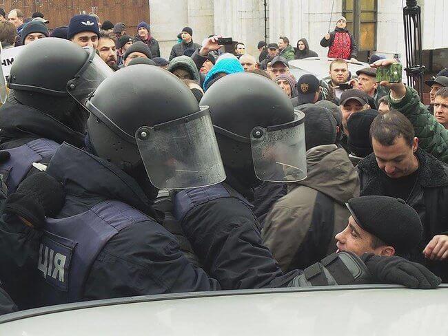 Унаслідок зіткнень під Жовтневим палацом постраждали 32 правоохоронців