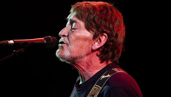 Британский певец госпитализирован после падения во время концерта - СМИ