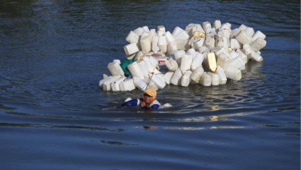 В Индонезии женщины ежедневно преодолевают 4 км вплавь за чистой водой