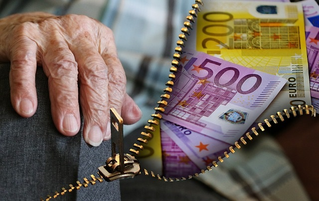 Pension advisers at work as Poland prepares to lower retirement age