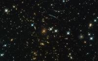 Хаббл получил снимок невидимого кластера галактик