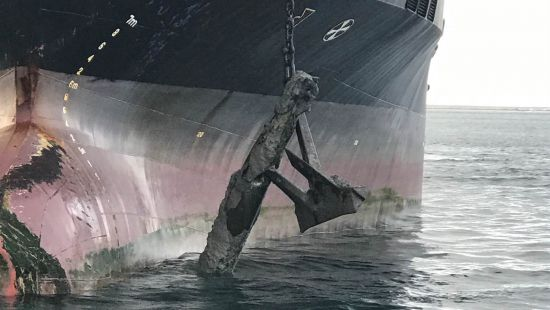 В Британии танкер вместе с якорем поднял на борт торпеду