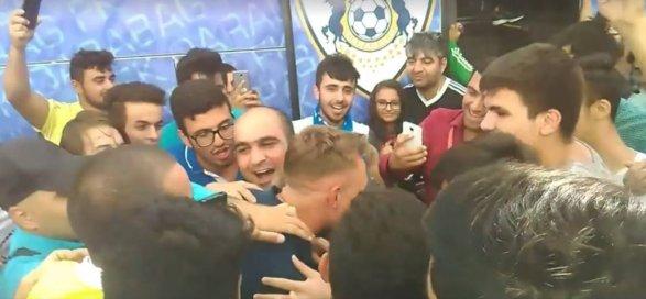 Сотни болельщиков встречали «Карабах» в бакинском аэропорту фото; видео