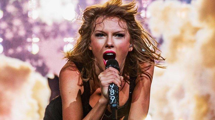 Конфуз на сцене: Тейлор Свифт упала во время концерта (видео)
