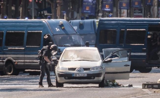 В центре Париже автомобиль протаранил патрульную машину